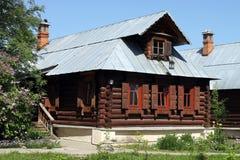 Drewniany dom z pem Zdjęcie Stock