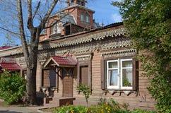 Drewniany dom z piękna cyzelowaniem i nowożytny jalousie na Irkutsk ulicie Zdjęcia Royalty Free