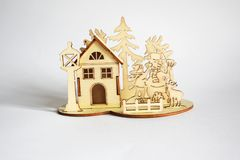 Drewniany dom z saagome zwierzęcy drzewa i ludzie Zdjęcia Royalty Free