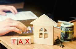 Drewniany dom z wpisowymi «podatkami Podatki na nieruchomości, zapłata Kara, zaległości Rejestr podatnicy dla własności Prawo fotografia royalty free