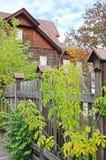 Drewniany dom za ogrodzeniem na Irkutsk ulicie Zdjęcie Stock