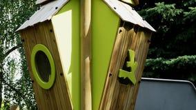 Drewniany domek na drzewie w boisku z zielonym plsatic okno Zdjęcia Stock