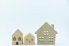 Drewniany domu papieru i zabawki dom odizolowywający na białych tło wi Zdjęcia Stock
