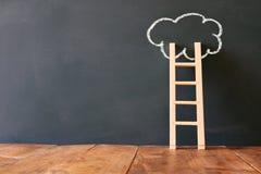 Drewniany drabiny i chmury infographics na blackboard tle zdjęcie stock