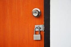 Drewniany drzwi blokujący z kłódką Obraz Royalty Free