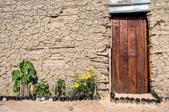Drewniany drzwi, Borowinowa buda, Afryka fotografia royalty free