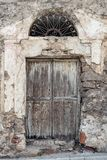 drewniany drzwi Dom robi? kamienie, drewno, w Oliena, Nuoro, Sardinia, W?ochy, Europa fotografia stock