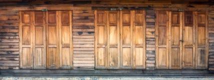 Drewniany drzwi i ściana zdjęcia stock