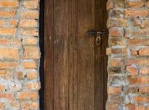 Drewniany drzwi i ściana z cegieł Zdjęcia Royalty Free