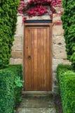 Drewniany drzwi kraju drzwi - Cisowy żywopłot - Obrazy Royalty Free