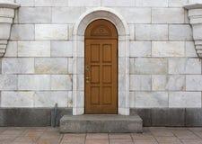 Drewniany drzwi, marmurowe cegiełki Zdjęcia Royalty Free