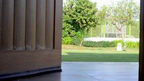 Drewniany drzwi otwiera, jaskrawy światło od ulicy zbiory