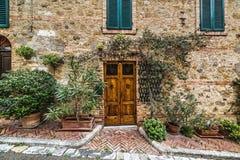Drewniany drzwi w nieociosanej ścianie w Montecatini Obrazy Stock
