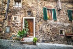 Drewniany drzwi w nieociosanej ścianie w Montepulciano Zdjęcie Royalty Free