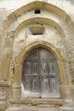 Drewniany drzwi w rzeźbiącej, kamiennej ścianie, Copsa klacz, Rumunia zdjęcie royalty free