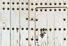 Drewniany drzwi z żelaznym kędziorkiem, monumentalny miasto Caceres, Extremadura, Hiszpania Zdjęcie Stock