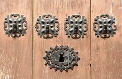 Drewniany drzwi z żelaznym kędziorkiem w Caceres, Hiszpania Obrazy Stock