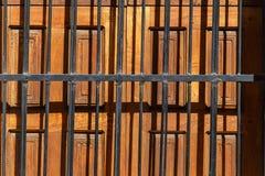 Drewniany drzwi z czarnym gretingu ind etail fotografia stock