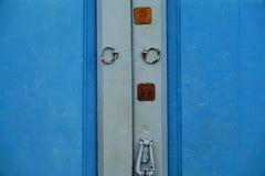 Drewniany drzwi z kędziorkiem i knocker zdjęcie stock