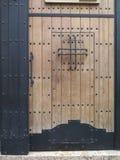 Drewniany drzwi z stadninami Zdjęcia Royalty Free