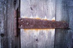 Drewniany drzwi z starym drzwiowym kędziorkiem Obrazy Stock