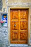 Drewniany drzwi z Sztukateryjną i Religijną ikoną w Cannes, Francja Obrazy Stock