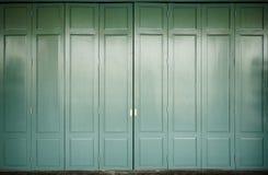 Drewniany drzwi z zielonym kolorem i tłem Zdjęcie Stock