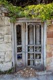 Drewniany drzwi zaniechany dom Zdjęcia Stock