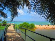 Drewniany footbridge nad jeziorem denna plaża z łodziami rybackimi zdjęcie stock