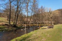 Drewniany footbridge nad rzeką w kraju Wiosna czas w naturze cesky krumlov republiki czech miasta średniowieczny stary widok Fotografia Royalty Free