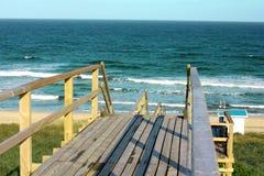 Drewniany footpath przez diun przy Północnego morza plażą w Niemcy Fotografia Stock