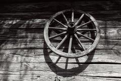 Drewniany fury koło na drewnianej ścianie w wiejskiej wsi Obrazy Royalty Free