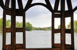 Drewniany gazebo na brzeg rzeki fotografia stock
