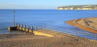 Drewniany groyne na plaży Zdjęcie Stock