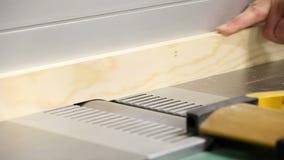 Drewniany heblowanie na drewnianej strugarki maszynie w ciesielka warsztacie zdjęcie wideo
