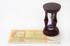 Drewniany hourglass z 5 miliard rachunkiem fotografia stock