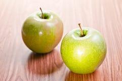drewniany jabłko stół dwa Zdjęcia Royalty Free
