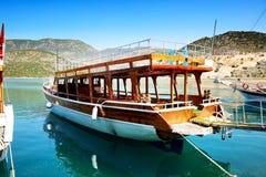 Drewniany jacht w schronieniu na Tureckim kurorcie Obrazy Royalty Free