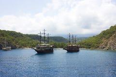 Drewniany jacht w spokojnym błękitnym morzu śródziemnomorskim w zielonym lagoo fotografia royalty free