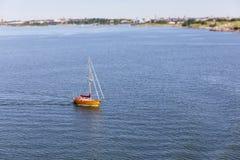 Drewniany jacht w spokojnym błękitnym morzu Obrazy Royalty Free