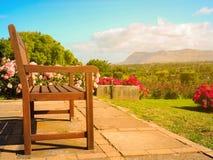Drewniany jawny krzesło dla widzii widok w ogródzie różanym Obrazy Royalty Free