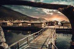 Drewniany jetty i zatoka ko?ci muzealne blisko Ohrid Macedonia obrazy stock
