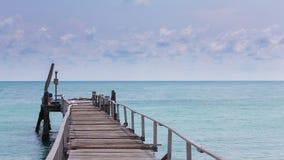 Drewniany jetty prowadzi seacoast linia horyzontu Obraz Royalty Free