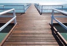 Drewniany jetty przedłużyć out morze obrazy royalty free
