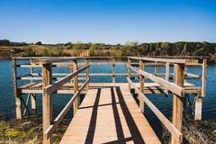 Drewniany jetty przy jeziorem, rzeka lub bagno dla, widz?w, ptasiego dopatrywanie i po??w obraz stock