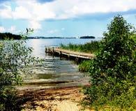 Drewniany jetty w jeziorze Malaren na pięknym letnim dniu w Szwecja obrazy royalty free