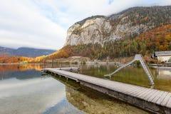 Drewniany Jetty w jeziorze przy Obertraun miastem naprzeciw Hallstatt Au Zdjęcie Stock