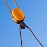 Drewniany kablowy pulley olinowania szczegół przeciw niebieskiemu niebu Zdjęcia Royalty Free