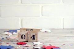 Drewniany kalendarz z datą Lipiec 4, szczęśliwy dzień niepodległości, patriotyzm i pamięć weterani, zdjęcia royalty free