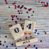 Drewniany kalendarz z datą Lipiec 4, szczęśliwy dzień niepodległości, patriotyzm i pamięć weterani, obraz stock